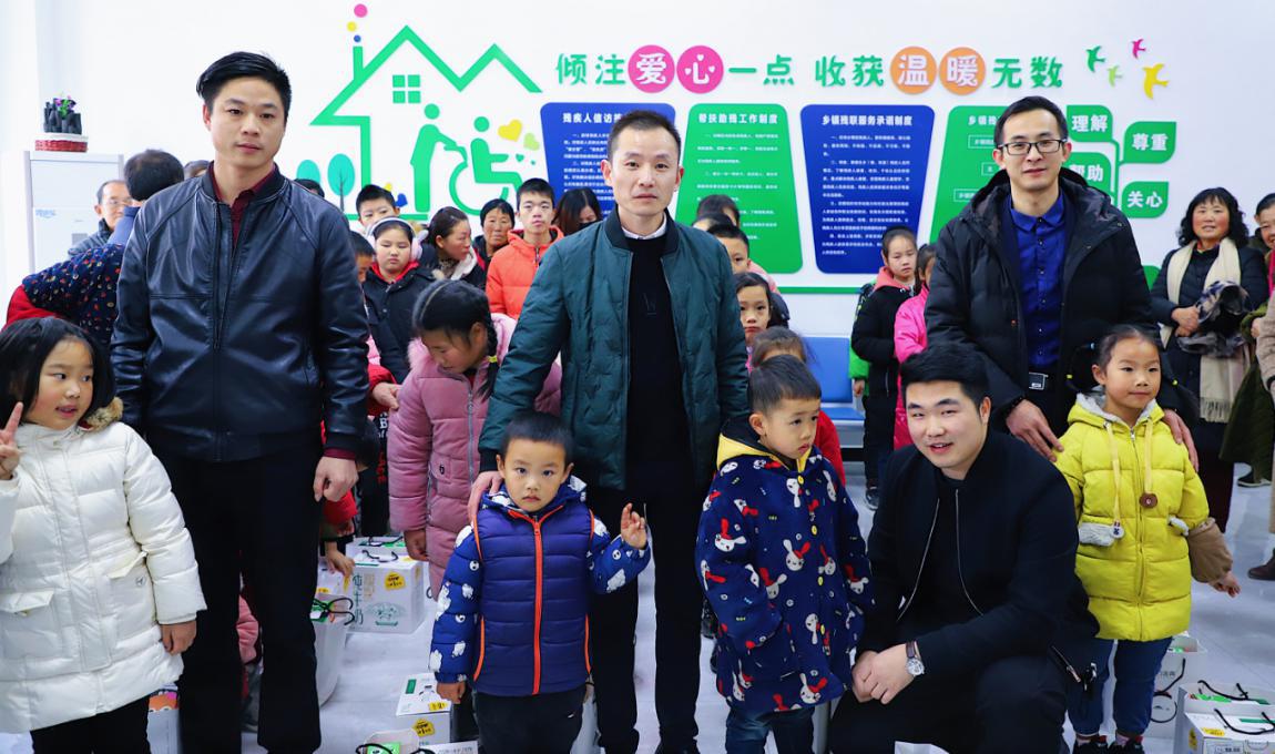 """东方金典集团荆州分公司""""为成长助力,与爱心同行""""公益活动"""